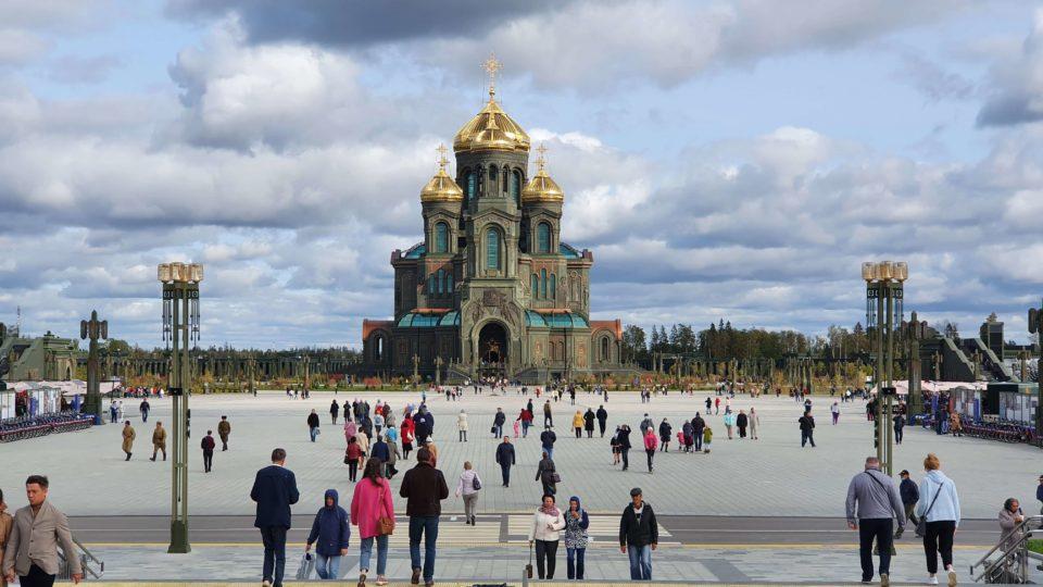 изображение храма вооружённых сил РФ в Кубинке, общий вид осенью