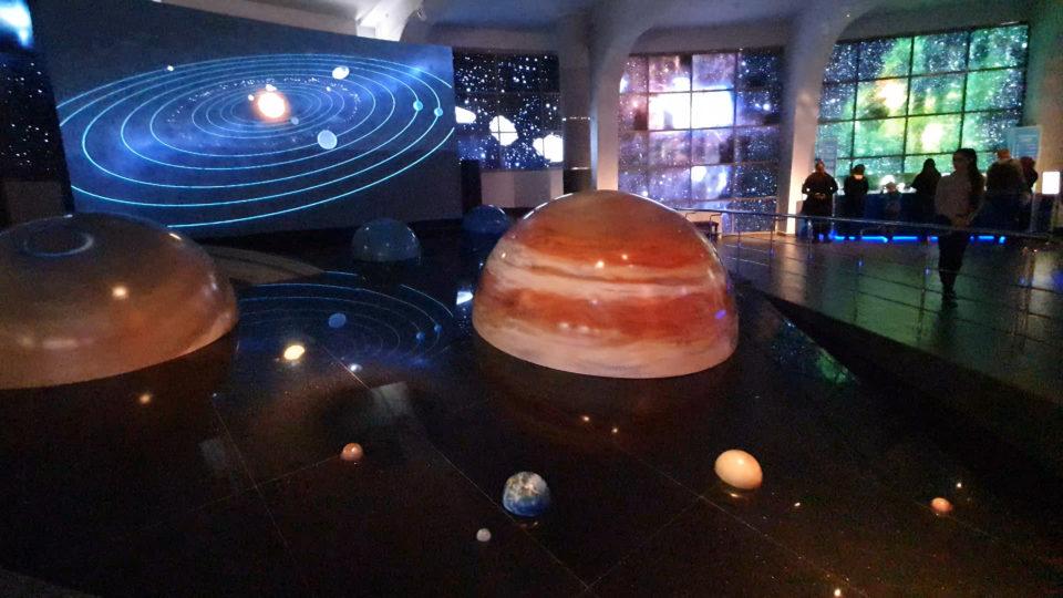 изображение макета солнечной системы в Московском планетарии
