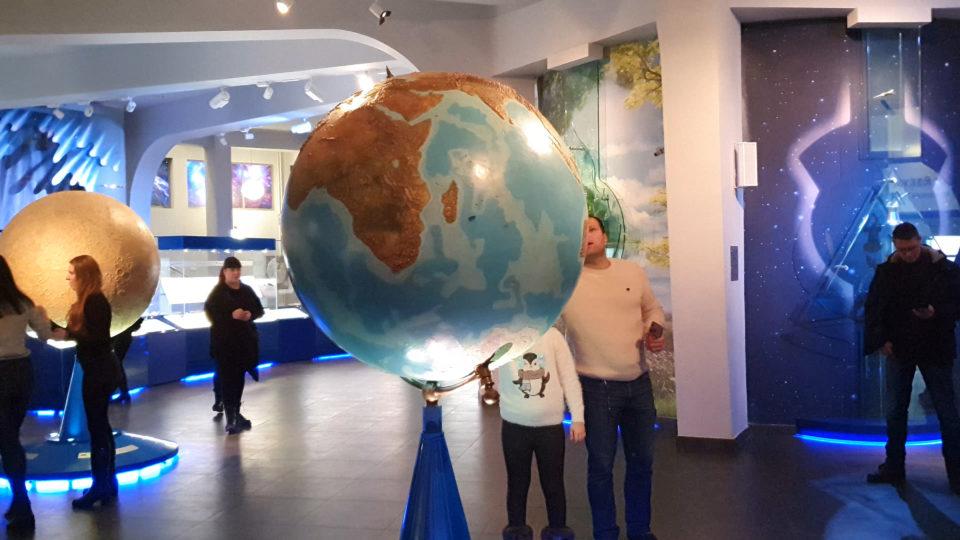 изображение глобуса ростом с человека в планетарии